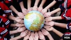 江西一所中學的學生手捧地球儀,紀念地球日,宣揚環保(2011年4月19日)