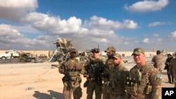 美軍人員1月14日在伊拉克阿薩德空軍基地查看遭到伊朗導彈攻擊的地點。