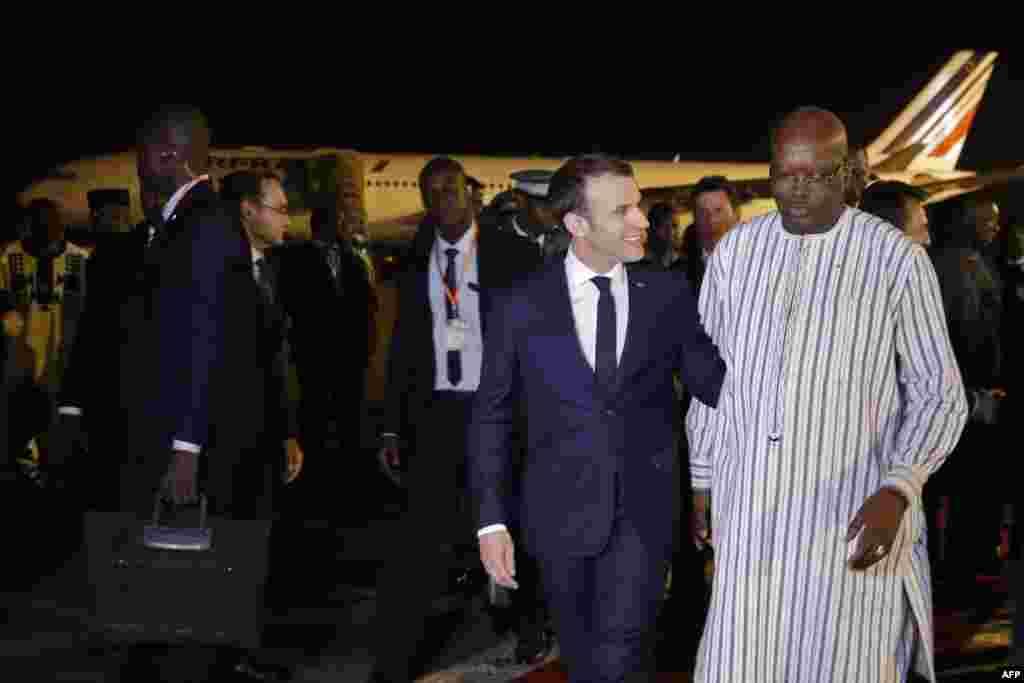 Shugaban kasar Burkina Faso Roch Marc Christian Kabore yana yi wa takwaran aikinsa shugaban Faransa Emmanuel Macron marhaban a filin jiragen sama dake Ouagadougou, Nuwamba 27, 2017