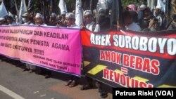 Aksi massa di depan Gedung Negera Grahadi di Surabaya, dari Gerakan Umat Islam Bersatu (GUIB) Jawa Timur menuntut penjarakan Ahok