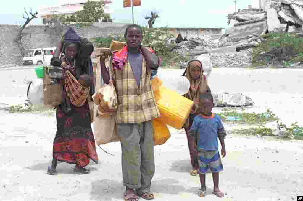 A family arrives at the newly-opened Sayidka camp for internally displaced people in the shadow of Somalia's parliament building. (VOA - P. Heinlein)