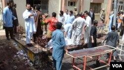 8月8日星期一,一枚威力巨大的炸彈在巴基斯坦西南部城市奎達的一個醫院爆炸, 圖為現場。