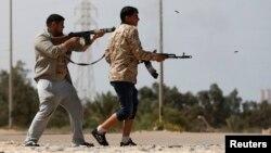 Combatientes de Misrata disparan a militantes del Estado islámico cerca de Sirte, Libia.