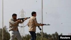 Des combattants tirent à la mitraillette en pleine rue à Misrata, près de Sirte, en Libye le 15 mars 2015.