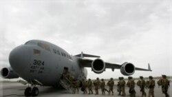 سربازان آمریکایی در مرکز ترانزیت در فرودگاه ماناس در نزدیکی بیشکک آماده پرواز به سوی افغانستان