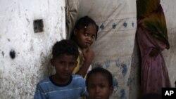 El desplalzamiento de niños yemeníes pone en riesgo su salud y su educación.