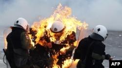 Hükümetin kemerleri sıkma politikasına karşı on binlerce kişi Atina'da gösteri yapmıştı