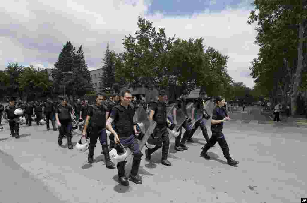 3일 터키 앙카라에서 에드도안 총리의 집무실 주변을 지키는 경찰들.