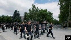 2013年6月3日土耳其防暴警察在首都安卡拉的总理埃尔多安办公室四周进行部署。
