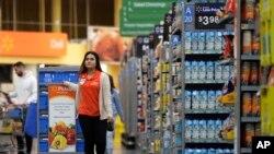 Sur cette photo, Laila Ummelaila, une employée au magasin Walmart à Old Bridge, N.J., le 9 novembre 2017