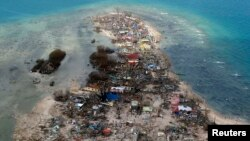 Gambar udara salah satu wilayah yang terkena dampak topah Haiyan di provinsi Samar, Filipina Tengah (11/11).