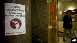 "Tulisan di kantor Kementerian Ekonomi Argentina yang berbunyi: ""Bersama Kita akan Lawan Utang yang Menjerat"" (foto: dok)."