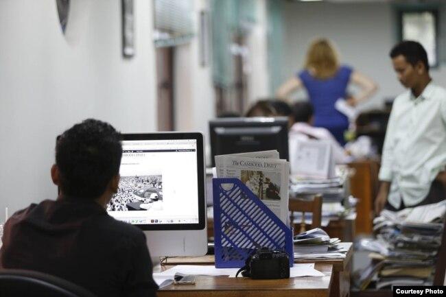 ទិដ្ឋភាពក្នុងការិយាល័យកាសែតឌឹខេមបូឌាដែលី។ (រូបថតដោយ ស៊ីវ ចាន់ណា/The Cambodia Daily)