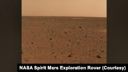 Первое цветное фото поверхности Марса, снятое марсоходом Spirit