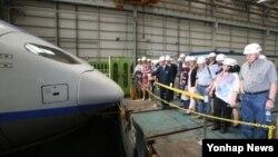 국제철도협력기구(OSJD) 대표자들이 지난달 29일 경기도 고양 고속철도차량기지를 방문해 정비 시설 및 KTX 검수과정을 살펴보고 있다.