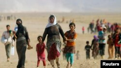 Raseljeni pripadnici manjinske grupe Jazida beže od nasilja i snaga Islamske države u gradu Sindžar.