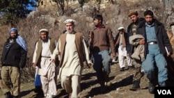 والی پیشین نورستان با همکاران و محافظین امنیتی اش