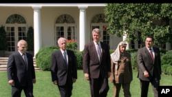 اٹھائیس ستمبر 1995ء: مشرق وسطیٰ پر سمجھوتا طے پانے کے موقعے پر عرب راہنما وائٹ ہاؤس میں صدر کلنٹن کے ہمراہ