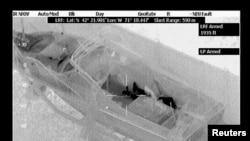 19 yaşındaki Tsarnev'i bir teknede saklanırken gösteren havadan çekilmiş polis fotografı