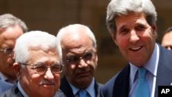 Američki državni sekretar Džon Keri i palestinski predsednik Mahmud Abas u razgovoru sa novinarima nakon sastanka u Ramali, 30. jun 2013.