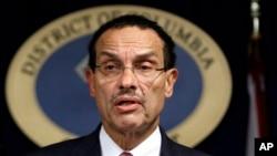 El alcalde de Washington, Vincent Gray, ha promovido la idea de una licencia sin marcas para los indocumentados.
