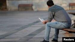 Alireza, một người tị nạn Iran sống ở Thổ Nhĩ Kỳ, đọc sách trong một công viên ở Istanbul, Thổ Nhĩ Kỳ, ngày 15 tháng 11, 2017.
