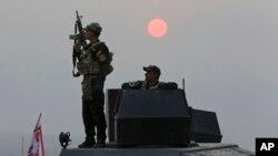 """星期一,伊拉克軍隊在伊第二大城市摩蘇爾外圍發起猛攻。這場為從""""伊斯蘭國""""武裝分子手中奪回摩蘇爾的軍事行動已進入第二個星期。"""