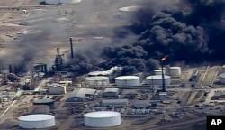 Otra imagen aérea del video proporcionado por KSTP-TV en Minneapolis, muestra el humo que sale de la refinería de petróleo Husky Energy después de una explosión y un incendio el jueves 26 de abril de 2018, en la planta de Superior, Wisconsin.