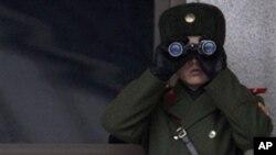 남쪽을 주시하는 판문점의 북한 경비병
