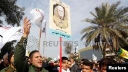 Iraquíes asisten al funeral del general iraní Qassem Soleimani, jefe de la fuerza de élite Quds de la Guardia Revolucionaria y del comandante de milicia Abu Mahdi al-Muhandis, muertos en un ataque de dron de EE.UU. cerca del aeropuerto de Bagdad. Enero 4, 2020.