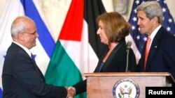 Chief Palestinian negotiator Saeb Erekat (L) shakes hands with Israel's Justice Minister Tzipi Livni near U.S. Secretary of State John Kerry after announcing further talks at the State Department in Washington July 30, 2013.