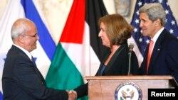 ေဆြးေႏြးပြဲ အတြက္ သေဘာတူအၿပီး လက္ဆြဲႏႈတ္ေနသည့္ ပါလက္စတိုင္း ေစ့စပ္ညႇိႏိႈင္းေရးမွဴး Saeb Erekat (၀ဲ) ႏွင့္ အစၥေရးလ္ တရားေရး၀န္ႀကီး Tzipi Livni (ယာ)။