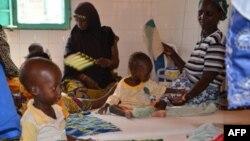Des déplacés dans l'hôpital de Tillabéri, au Niger, le 14 octobre 2013.