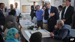 Menlu AS John Kerry (tengah) berbicara dengan 6 orang perwakilan pengungsi Suriah di kamp Zaatari dekat Mafraq, Yordania Kamis (18/7).