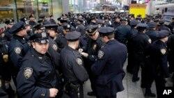 Des policiers new yorkais sur Times Square, le 31 decembre 2015