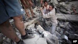 7月11日星期五,以色列對加沙的攻勢進入第四日。巴勒斯坦人從瓦礫中尋找生還人士。