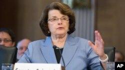 Kepala komisi intelijen Senat Amerika Diane Feinstein meminta penjelasan mengapa FBI tidak melaporkan kepada Senat AS soal penyelidikan terhadap Jenderal Petraeus (foto: dok).