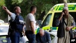 Para petugas kepolisian berusaha meminta warga untuk keluar dari lingkungan sebuah masjid di pusat Kota Christchurch, Selandia Baru, setelah terjadi penembakan, Jumat, 15 Maret 2019.