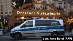 Patrouille de police devant le marché de Noël à Dresde en l'Allemagne, le 20 décembre 2016.