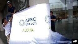 夏威夷會議中心工作人員佈置APEC會場