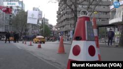 29 Nisan 2021 - Ankara'da emniyet güçleri Corona virüsü salgınıyla mücadele kısıtlamalarının başladığı saate uyulması için Ankara caddelerinde vatandaşlara çağrı yaptı