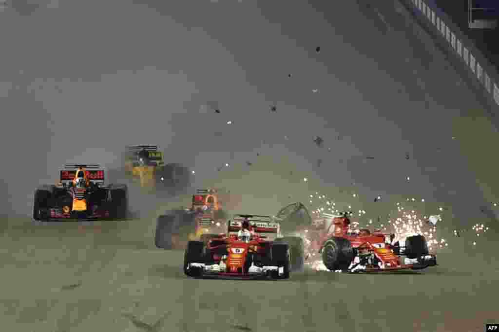 El automóvil del piloto finlandés de Ferrari Kimi Raikkonen, se ve después de un choque del piloto alemán de Ferrari Sebastian Vettel, durante el Gran Premio de Singapur de Fórmula Uno en Singapur, el 17 de septiembre de 2017.
