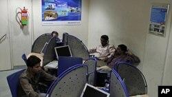 Một quán cà phê internet ở Ấn Ðộ. Chưa đầy 10% dân chúng Ấn Ðộ có máy điện toán ở nhà nối kết với mạng Internet.