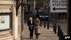 Le Premier ministre britannique Boris Johnson et sa partenaire Carrie Symonds arrivent à Methodist Hall dans le centre de Londres pour voter aux élections locales du 6 mai 2021.