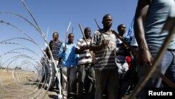 Công nhân mỏ tham gia một cuộc tuần hành tại mỏ Marikana Lonmin tại Nam Phi, ngày 10/9/2012