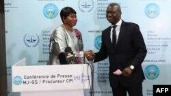 Fatou Bensouda, procureure de la CPI, et Mamadou Ismaël Konate, ministre de la Justice au Mali, à Bamako, le 18 octobre 2017.