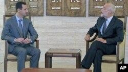 جاکۆب کێڵێنبێرگ سهرۆکی ڕێـکخراوی خاچی سووری نێونهتهوهیی له میانهی کۆبوونهوهی لهگهڵ سهرۆکی سوریا بهشـار ئهلئهسهد له دیمهشق، دووشهممه 5 ی نۆی 2011