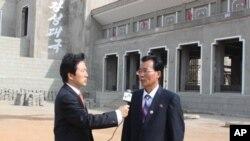 VOA와 인터뷰에 응하고 있는 배능만 조선태권도위원회 부위원장(사진 오른쪽)