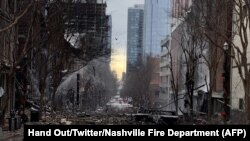 Dalam foto yang berasal dari Twitter Departemen Pemadam Kebakaran Nashville, kerusakan terlihat di jalan setelah ledakan di Nashville, Tennessee pada 25 Desember 2020. (Foto: AFP/HO/Twitter/Nashville Fire Department)