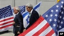Menlu AS John Kerry (kanan) dan Utusan Khusus untuk Negosiasi Palestina-Israel Martin Indyk di bandara Ben Gurion, Tel Aviv, Israel (15/9).